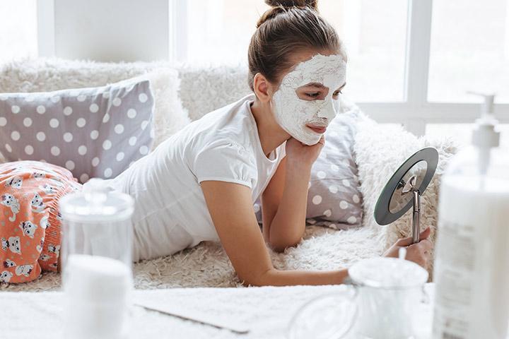 Chica joven adolescente se pone una mascarilla en la cara para tenerla perfecta