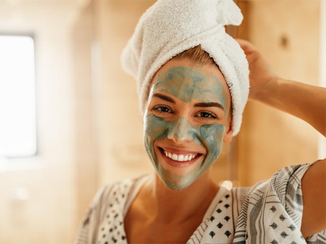 Chica se aplica mascarilla natural para que le desaparezcan las imperfecciones de la cara