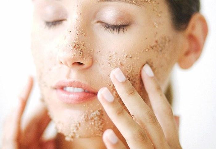Por qué es tan importante exfoliarse la piel para conseguir una piel mucho más tersa y suave