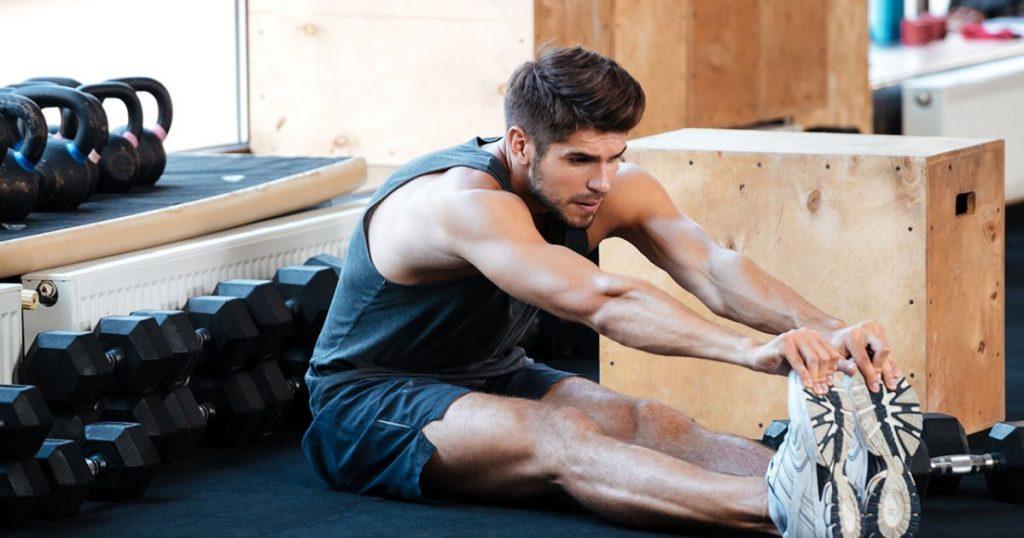 chico estirando los músculos del cuerpo durante el ayuno intermitente